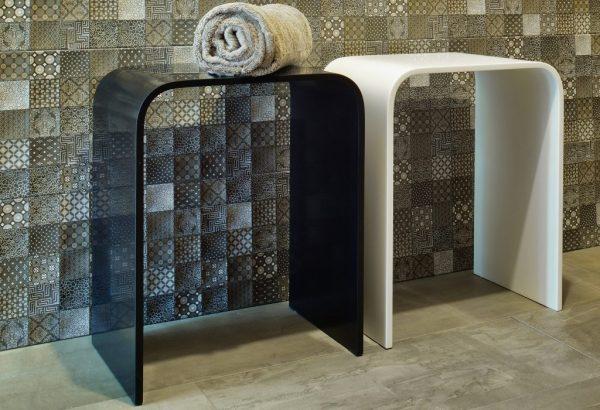 Dupont Hocker Corian schwarz und weiss 1024x700 1